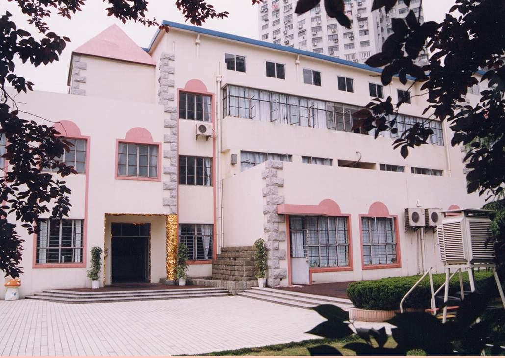"""上海科技幼教集团(原名:徐汇区科技幼儿园),1994年创办,2001年9月组建成上海科技幼教集团,是一所公立转制幼儿园,也是全国首家具有科技特色的示范幼儿园,共有3个教学园所,即宜山园所、钦州园所、嘉陵园。集团有近120位教职员工,850名左右幼儿,34个教学班。98%的教师具有大专以上学历, 80%以上的教师具有小学高级教师职称。 近年来,集团坚持培养""""好奇、好问、好学、好动"""",健康乐群、善于发现、勇于表达,全面和谐发展的接班人,竭力打造科技教育品牌,倡导品牌共有、资源共享、规则共同,初步形成了集"""