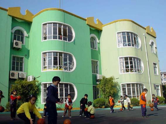 园所概况 徐汇区上海幼儿园创建于1980年,现为上海市一级幼儿园、区文明单位、上海市二期课改基地园,下设三所分园,共有21个班,600多名幼儿,84名教职员工。作为幼教长龙学区的中心园所,上海幼儿园有着良好的园舍设施及优秀的师资队伍,近年来对外公开活动达100余次,集体和个人获市、区、社区级荣誉称号共70多项,曾获上海市幼儿体育先进单位三连冠,上海市群众体育先进单位。 上海幼儿园多年来一直致力于幼儿运动品牌特色教育,以运动为载体,始终坚持科研引领,把教育科研工作与幼儿园的发展紧密联系,近年来完成课题研