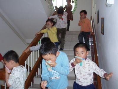 吴中路幼儿园举行消防演习