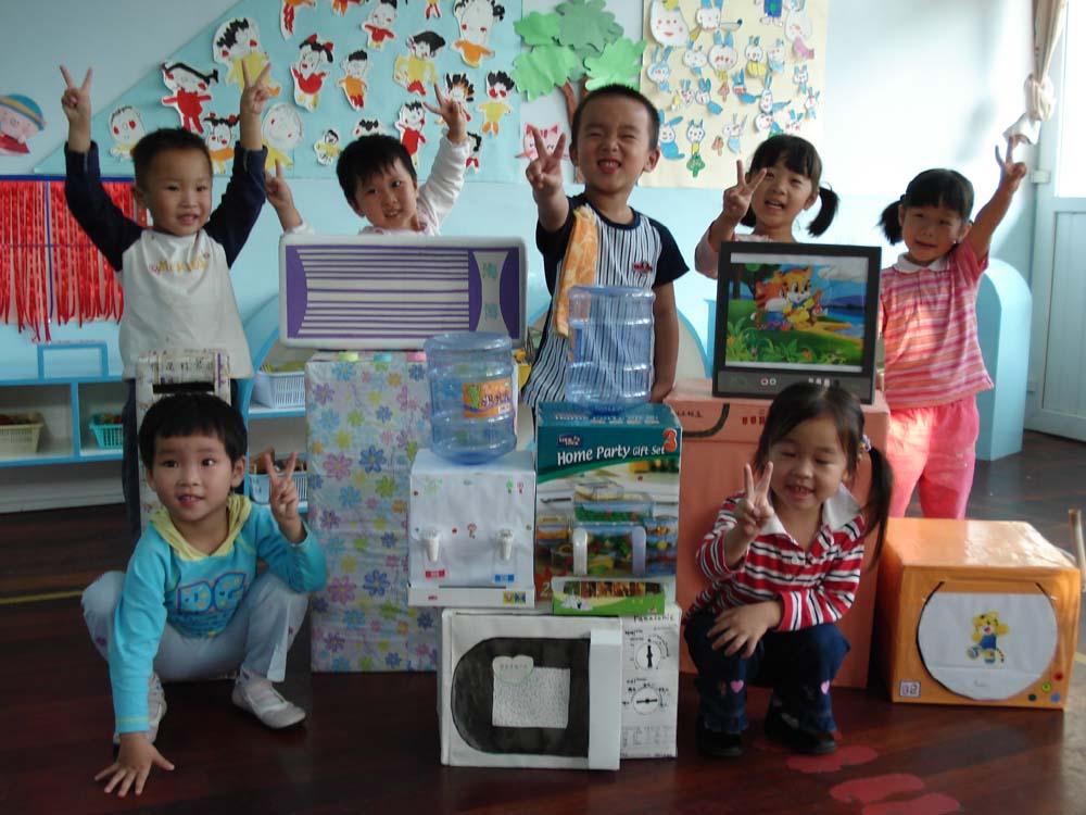 10月8日是个好日子,田林第六幼儿园贝贝园小一班的家长们带着一台台的电视机、饮水机、空调、冰箱等小家电,齐刷刷地来到教室里,一下子,原本整洁的教室充满了温馨的家庭氛围,娃娃家迎来了乔迁之喜。原来,早在开学初,小一班的老师组织了家庭创意活动,撰写了有关家庭创意活动的倡议书,家长积极参与,趁着十月黄金周,他们动足了脑筋,想足了办法。 在感叹现代家长是如此心灵手巧的同时,也感谢家长对我们教育工作的支持。在二期课改的推进下,家长不再是徘徊在园外的旁观者,而是主动参与者。在家长主动参与的过程中
