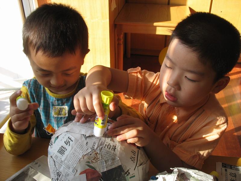 气球剪开,还有的用颜料绘色……终于,他们用稚嫩的小手成功完成了京剧图片