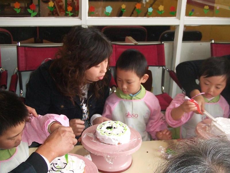 11月22日一早,漕河泾幼儿园小班的小朋友们在老师的组织下,和爸爸妈妈们来到了户外进行一场别开生面的亲子活动。幼儿园根据小班幼儿的年龄特点、结合小班主题活动等情况,有目的地选取了获得孩子和家长喜欢元祖公司和佘山月圆园两个活动点:让孩子不但了解到美味可口的蛋糕制作流程,感受大自然的野趣,体验亲子游戏的快乐。 此次活动,家长和孩子的参与积极性非常高。首先,大家一起参观了元祖现代化的生产流水线,了解到一块块面团是怎样经过烘烤、冷却等工序加工成蛋糕;其次,孩子和家长共同进行DIY,亲手制作鲜奶蛋糕,当一个个既漂